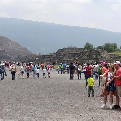 Miles de turistas acuden al Equinoccio de Primavera en Teotihuacán