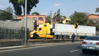 Tráiler choca en Viaducto Tlalpan y provoca caos vial