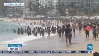 Turistas disfrutan fin de semana largo en playas de Acapulco