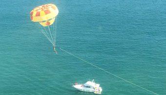 Turistas disfrutan de las actividades recreativas en Acapulco