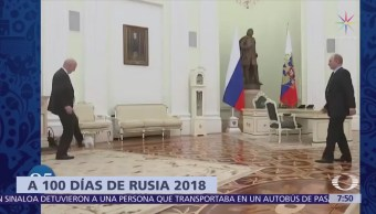Vladimir Putin y Gianni Infantino juegan futbol en un salón del Kremlin