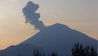 Volcán Popocatépetl emite fumarolas de dos mil metros de altura