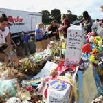 Retiran objetos del lugar conmemorativo de Parkland, Florida, tras robos. (AP)