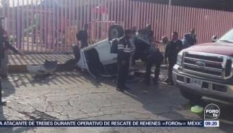 Vuelca automóvil en la Av. 608, delegación Gustavo A. Madero