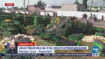 Vuelca tráiler con gallinas en el Circuito Exterior Mexiquense