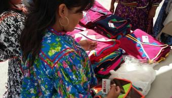Mujeres rarámuris crean microempresa dedicada al diseño y venta de ropa