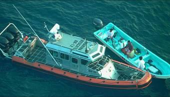 Marinos rescatan a tres náufragos a 65 km de Acapulco, Guerrero