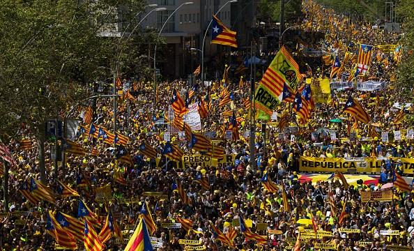 Miles de personas piden libertad para presos del proceso secesionista catalán