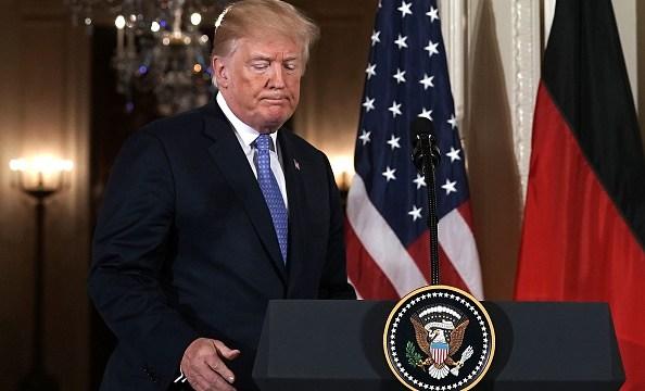 """Trump considera """"falsas"""" las acusaciones contra su exnominado para Veteranos"""
