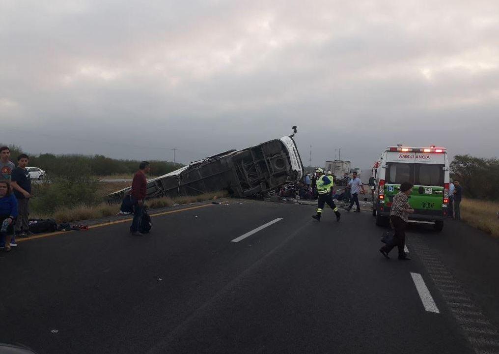 Vuelca autobús de pasajeros en autopista Reynosa-Monterrey; muere una persona
