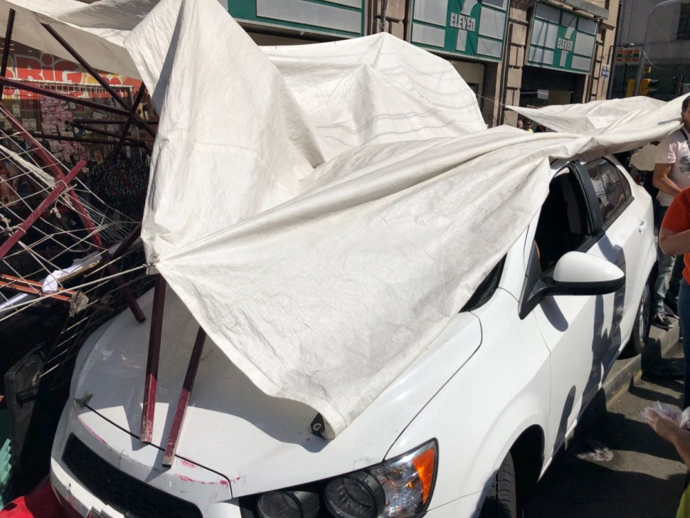 Auto arrolla puestos ambulantes en Balderas e Independencia