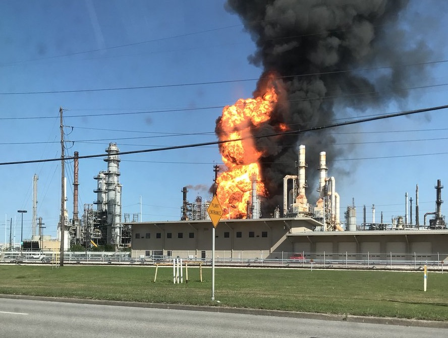 Bomberos controlan incendio refinería Texas City Houston