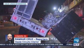 Bomberos trabajan para retirar el tráiler que volcó en Circuito Interior, CDMX