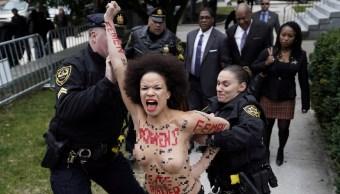 Mujer con torso desnudo protesta frente Bill Cosby en juicio agresión sexual