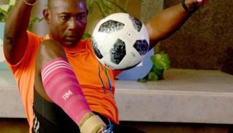 Cubano bate récord mundial de dominadas con peso en los pies