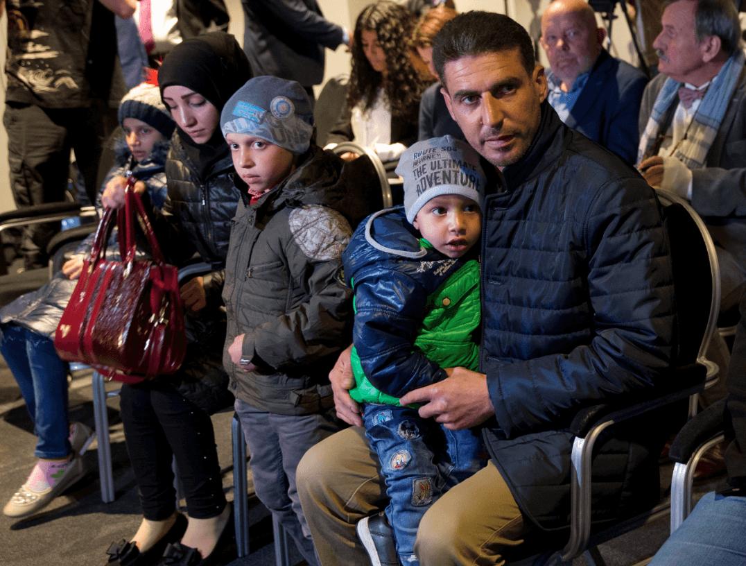 Diecisiete sirios fueron llevados a La Haya. (AP)