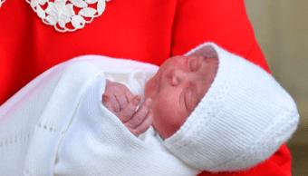 Duques de Cambridge nombran Luis Arturo Carlos a su tercer hijo