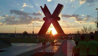 Iluminan de 'Equis' de Ciudad Juárez en apoyo a niños con autismo