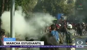 Estudiantes de Chile acusan al gobierno de privatizar la educación