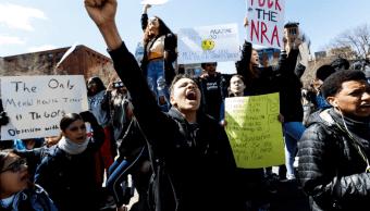Estudiantes de EU marchan por control de armas en aniversario de Columbine