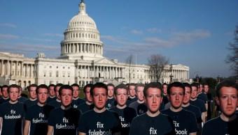 Activistas colocan 100 imágenes de cartón de Zuckerberg en el Capitolio