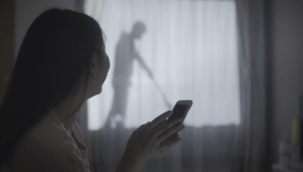 Venden cortina con silueta de hombres para proteger mujeres solas en Japón