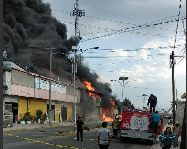 Se incendia fábrica de colchones en Ocoyoacac, Edomex