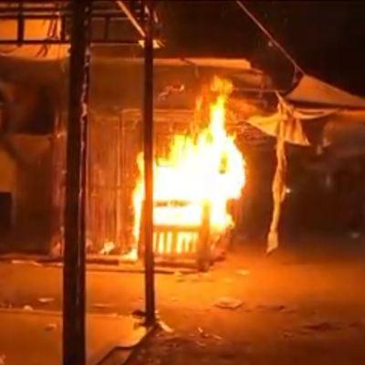 Policías evitan incendio en lonas de puestos ambulantes en Tepito, CDMX