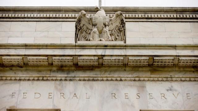 Inflación anual de EU alcanza objetivo de 2% de la Fed