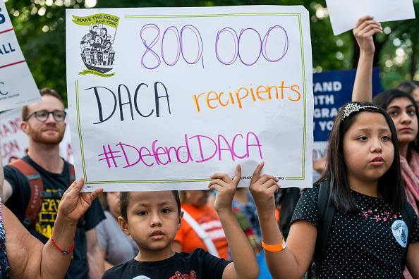 Ordena juez federal a Trump restablecer DACA