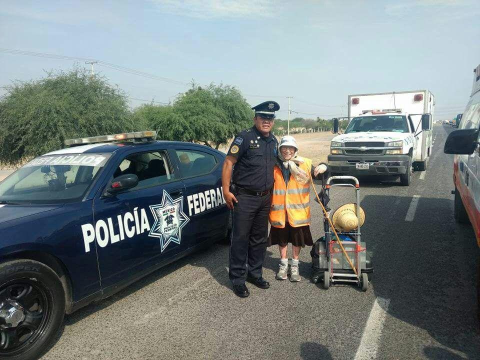 Policía Federal resguarda a la 'La abuelita peregrina'