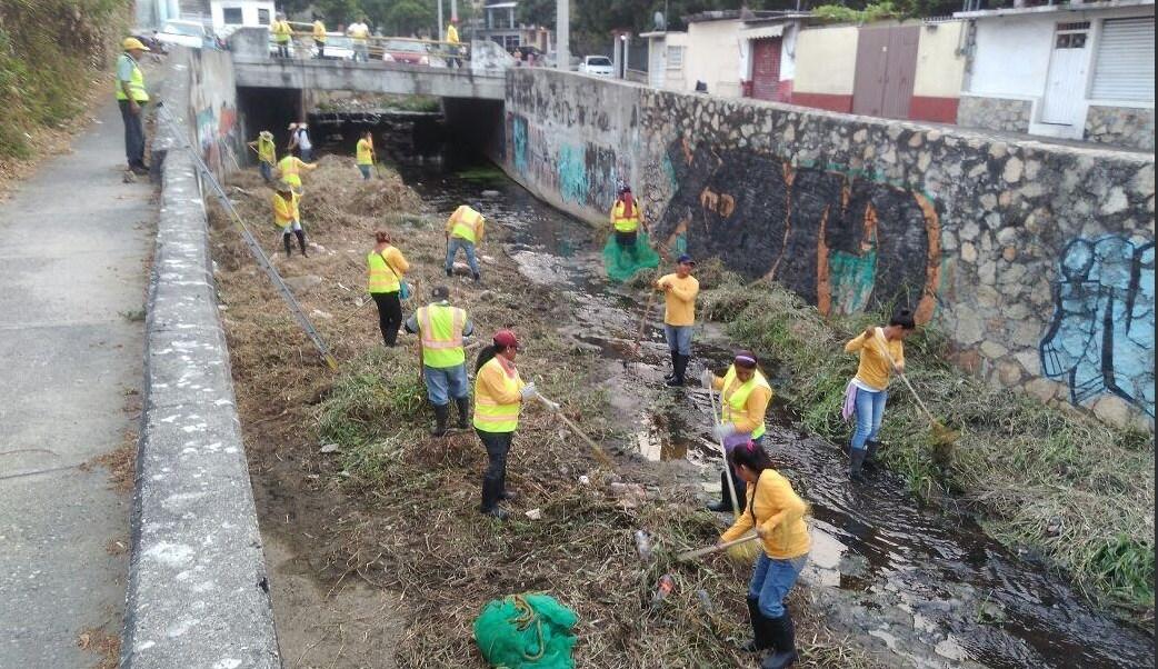Realizan limpieza de canales y cauces pluviales en Acapulco