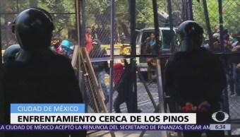 Manifestantes enfrentan a granaderos afuera de Los Pinos, CDMX