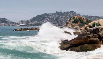 Muere un joven ahogado por fuerte oleaje en Acapulco, Guerrero