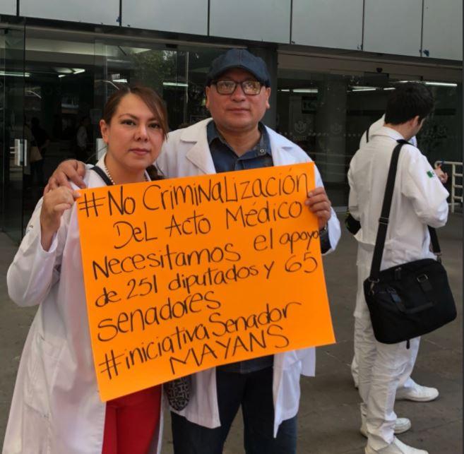 Convocan médicos a paro nacional por compañero preso en Oaxaca