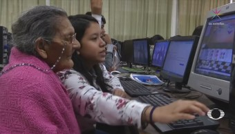 Mujer de la tercera edad inicia estudios de preparatoria