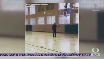 Policía mete impresionante tiro a canasta de basquetbol