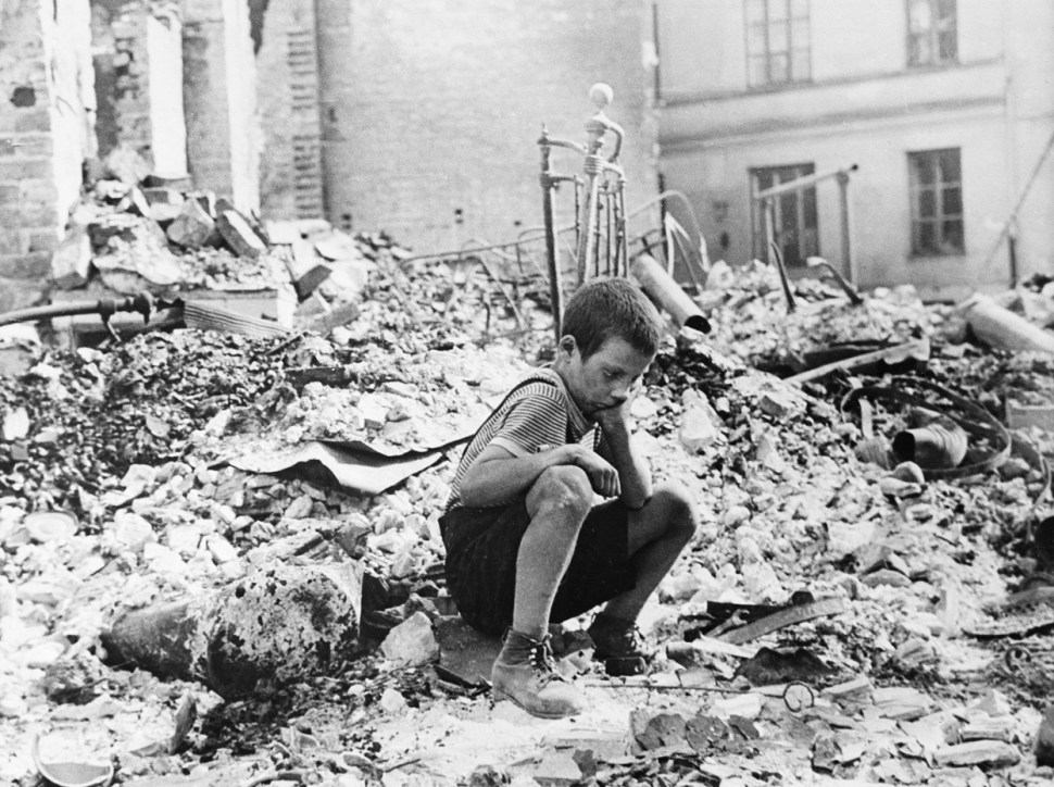 nino-polaco-varsovia-tras-ataque-aleman-segunda-guerra-mundial