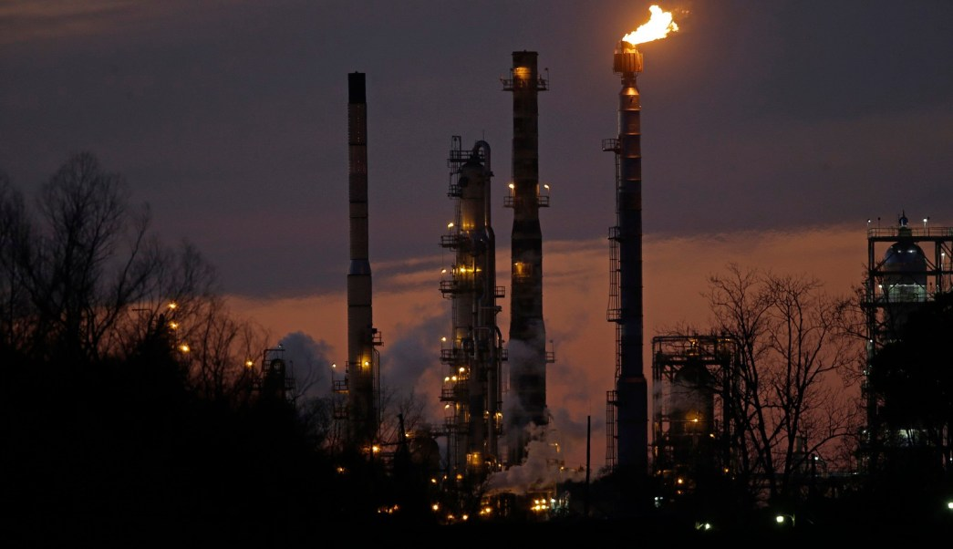 Precios del petróleo suben ante desaceleración