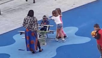 Niños racistas agreden a menor de raza negra en parque infantil