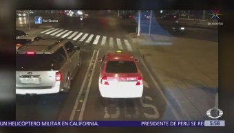 Taxista invade carril del Metrobús en Paseo de la Reforma, CDMX