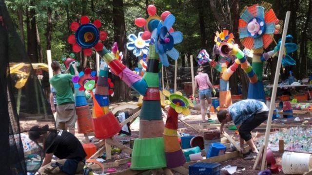 Artista presentará obra hecha con plástico que recogió de la basura en CDMX