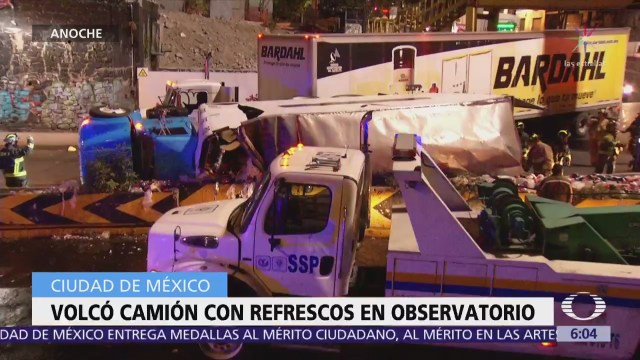 Vuelca camión que transportaba refrescos en avenida Observatorio