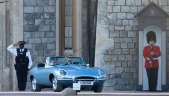 Príncipe Enrique conduce un descapotable de camino a la segunda recepción