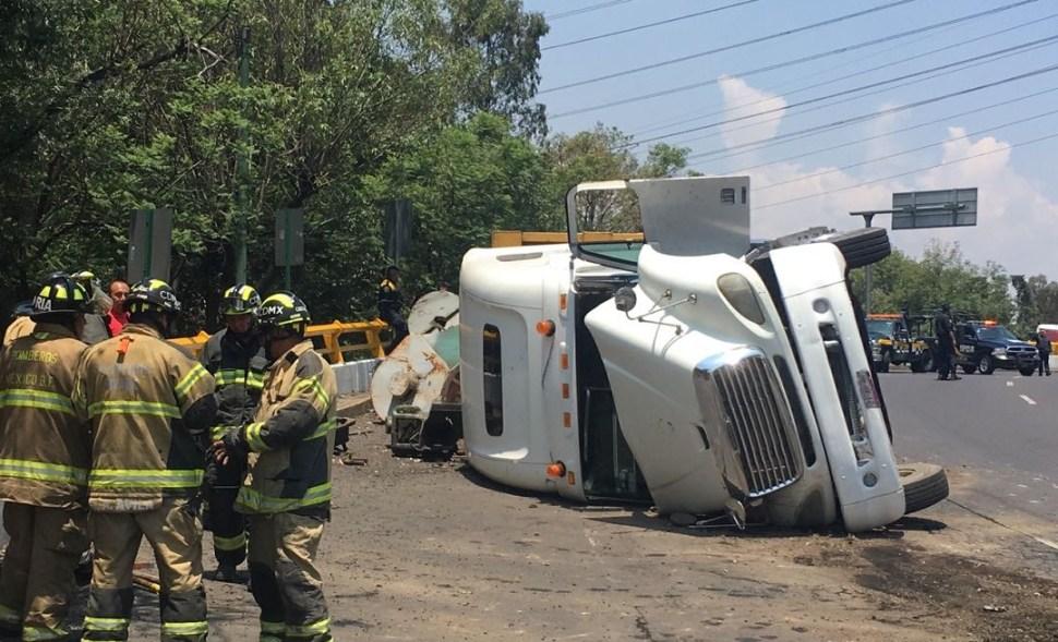 Mueren dos personas al volcar un camión de pasajeros en Tecámac, Edomex