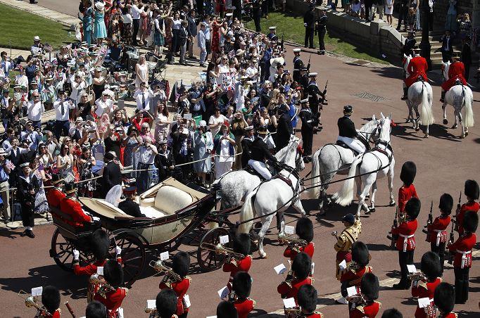 Príncipe Enrique y Meghan Markle pasean por Windsor en coche de caballos tras boda