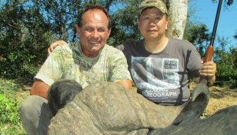 Claude-Kleynhans-foto-cazador-bufalo-asesina-cazador-que-habia-matado-suyos-manada