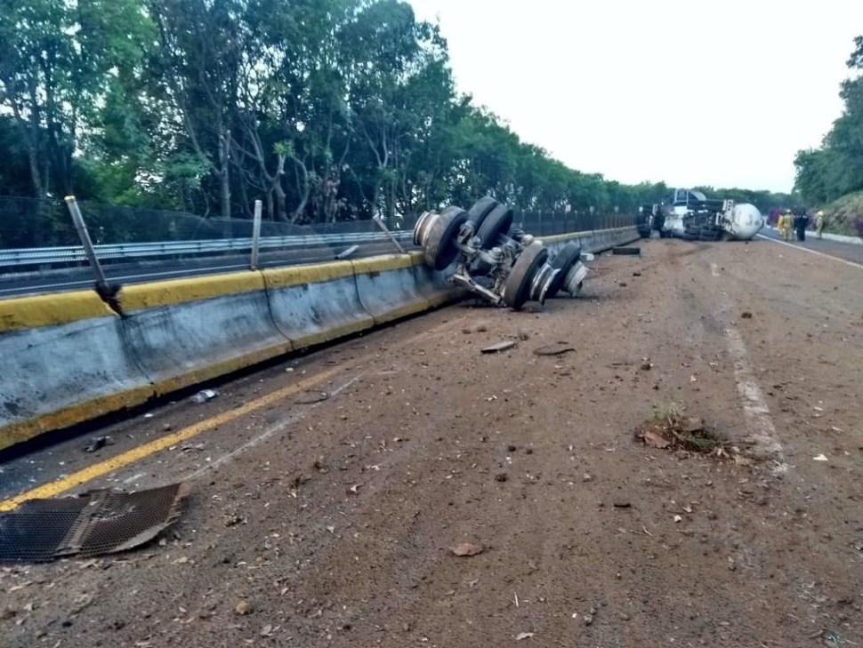 choque de pipa de gas y trailer cierra la autopista mexico cuernavaca