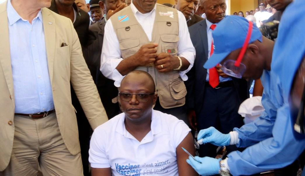 Resultado de imagen para ministro de sanidad vacunandose contra el ebola en el congo