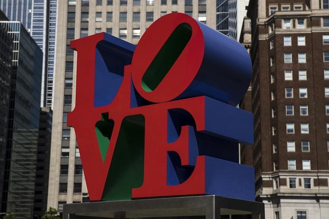 Muere a 89 años Robert Indiana, creador de populares esculturas LOVE